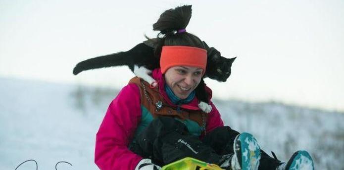 El fotógrafo profesional Jesse Smtih, quiso pasar un día de relajo esquiando por las montañas de Chehalis, en Washington. Mientras descendía en trineo, su gato, Weston, se encaramó a su hombro e inició así su camino al estrellato en YouTube. (Captura / Facebook)