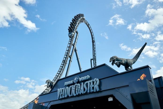 Jurassic World Velocicoaster tiene una cima que impulsa a los viajeros a 155 pies en el aire y luego inmediatamente a una caída de 80 grados, la más pronunciada de Universal hasta ahora.