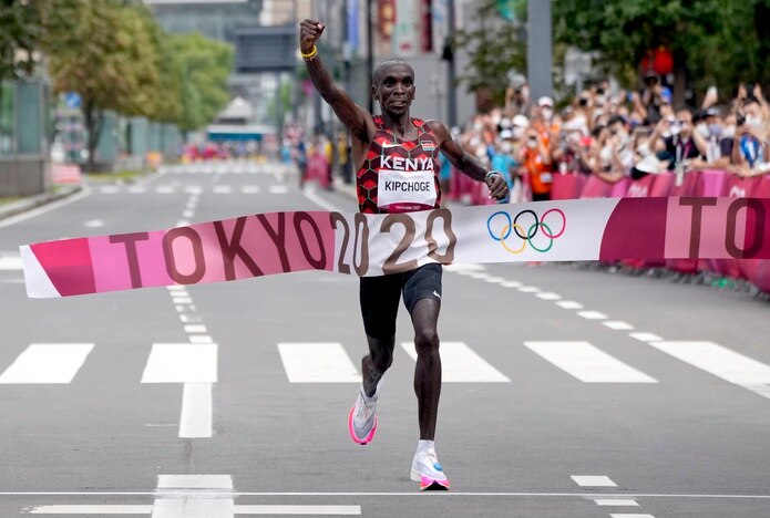 Con una amplia ventaja, el keniano Eliud Kipchoge cruzó la meta de la maratón con tiempo de 2:08.38. Es solo el tercer competidor que gana la maratón en ediciones consecutivas en la historia.