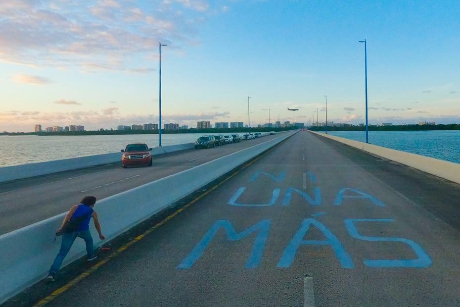 Decenas de personas llegaron esta tarde hasta el Puente Teodoro Moscoso para proetstar en contra de la violencia contra la mujer.
