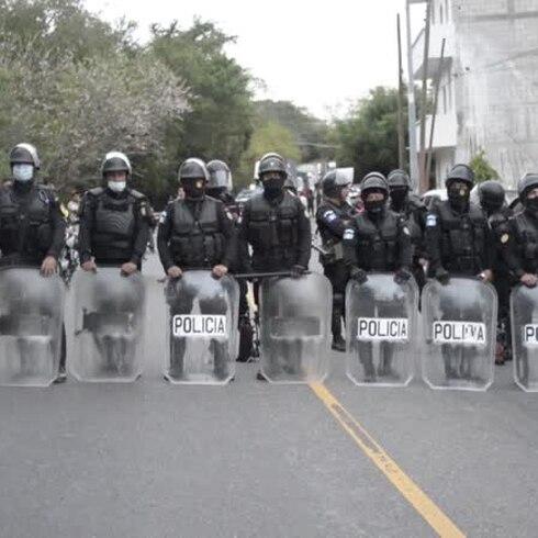 Policía de Guatemala lanza gas lacrimógeno y apalean a migrantes hondureños