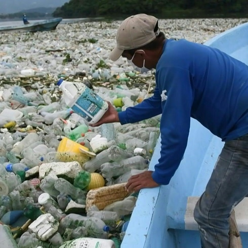 Increíble: lago se convierte en océano de basura