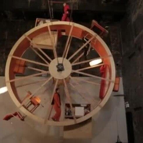 Artistas en una rueda gigante de hámsters