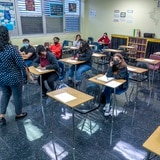 Los CDC aseguran que las mascarillas reduce los brotes de COVID-19 en las escuelas