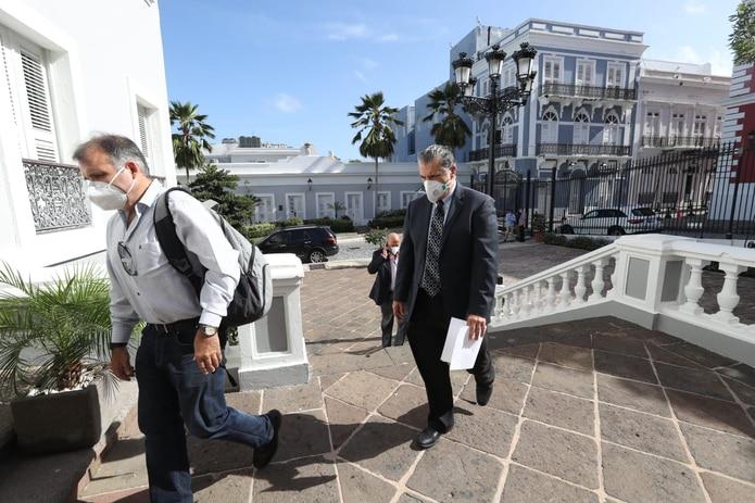 """Esta mañana el """"task force"""" médico ofrecerá sus recomendaciones a la gobernadora Wanda Vázquez. A la derecha, llega Pablo Rodríguez, quien dirige trauma en el Centro Médico."""