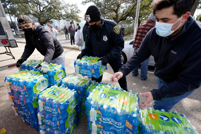 """Texas prohíbe la venta """"a precios exorbitantes o excesivos"""" de combustible, alimentos, medicinas, alojamientos, materiales de construcción u otros artículos si se ha efectuado una declaración de desastre estatal o federal."""