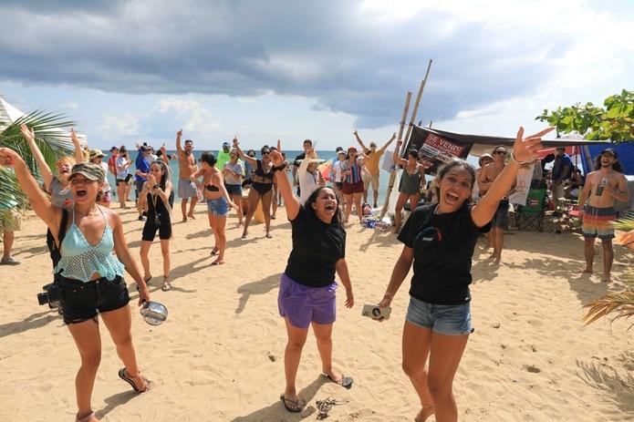 Manifestación en contra de la construcción de una piscina y área recreativa en el condominio Sol y Playa de Rincon (Playa Almendros).