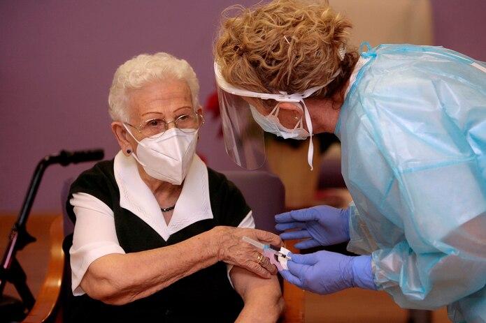 Araceli, una mujer de 96 años, residente en el centro de mayores Los Olmos de Guadalajara capital, fue la primera vacunada en España. EFE/Pepe Zamora POOL