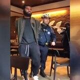 Starbucks capacitará a gerentes luego de arresto de clientes negros
