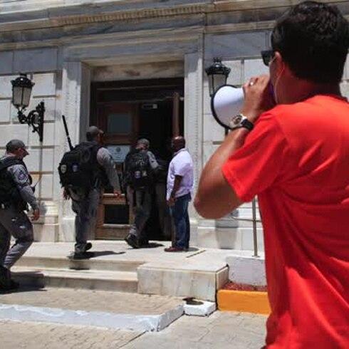 Momento de tensión durante visita de Jorge Haddock al Capitolio