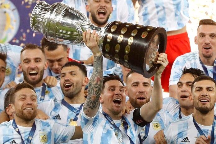 El capitán de la selección argentina, Lionel Messi, levanta el trofeo de campeón de la Copa América conquistado el sábado ante Brasil.