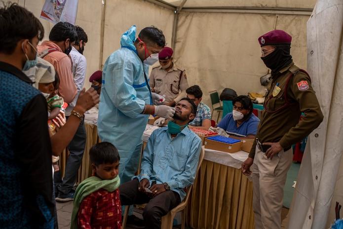 El estado de Maharashtra, donde se encuentra la capital comercial de Mumbai, ha registrado la mayor cantidad de infecciones. La entidad ha contribuido con más del 55% de todos los casos de COVID-19 en la India en las últimas dos semanas.