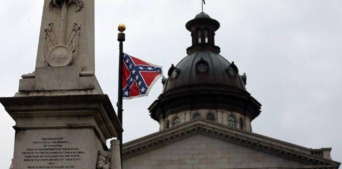 Las opiniones cambiaron a pocos días de la masacre de nueve personas en una iglesia histórica negra en Charleston, cuando un número creciente de republicanos se sumó al clamor para retirar la bandera del monumento a la Confederación frente al Capitolio y enviarla a un museo. (AFP)