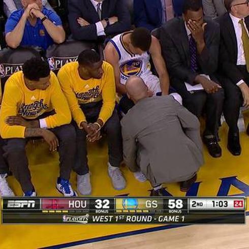 Stephen Curry se lastima el tobillo