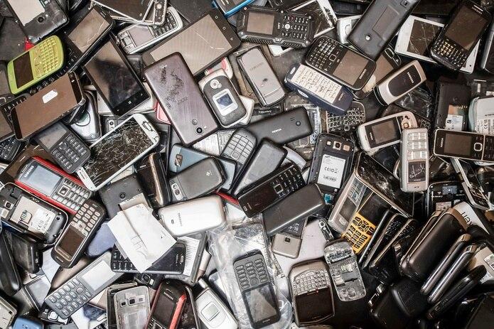 Celulares viejos llenan un depósito en un almacén de la compañía Out Of Use en Beringen, Bélgica.