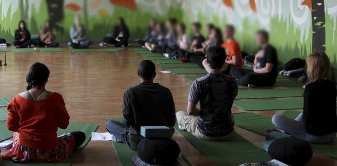Mediante un donativo de tres años de la Fundación K.P. Jois, un grupo sin fines de lucro que fomenta el yoga Ashtanga, los 5,600 estudiantes del distrito escolar reciben clases de 30 minutos dos veces a la semana. (Archivo)