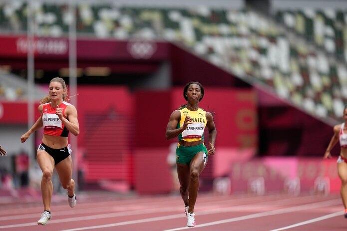 La jamaiquina Shelly-Ann Fraser-Pryce gana su eliminatoria de los 100 metro.