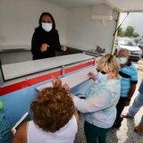 Ponce entrega carretones a comerciantes de La Guancha