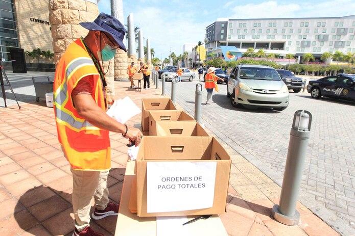 Durante días, extensas filas de ciudadanos en carro y a pie se registraron en el Centro de Convenciones intentando resolver su solicitud del beneficio por desempleo ante el Departamento del Trabajo. (GFR Media)