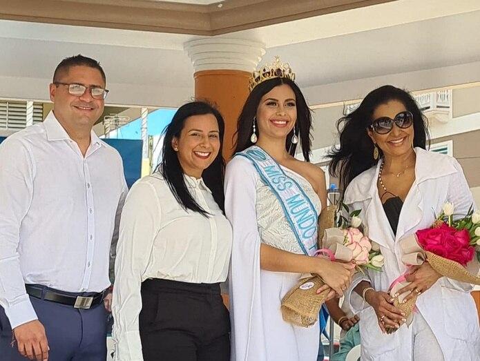 El alcalde de Naranjito, Orlando Ortiz Chevres, su esposa Marangely López, Aryam M. Díaz Rosado, recién electa Miss Mundo de Puerto Rico 2021; y Wilnelia Forsyth participaron en el homenaje a la reina de belleza en la plaza pública.