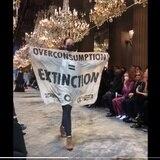 Mujer irrumpe desfile de moda de Louis Vuitton para protestar por el consumo excesivo