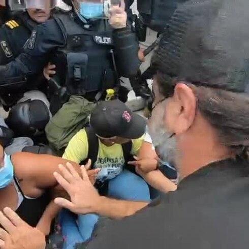 Manifestantes chocan con la policía en manifestación en el Capitolio