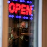 CDC publica directrices para reabrir escuelas y negocios tras cuarentena