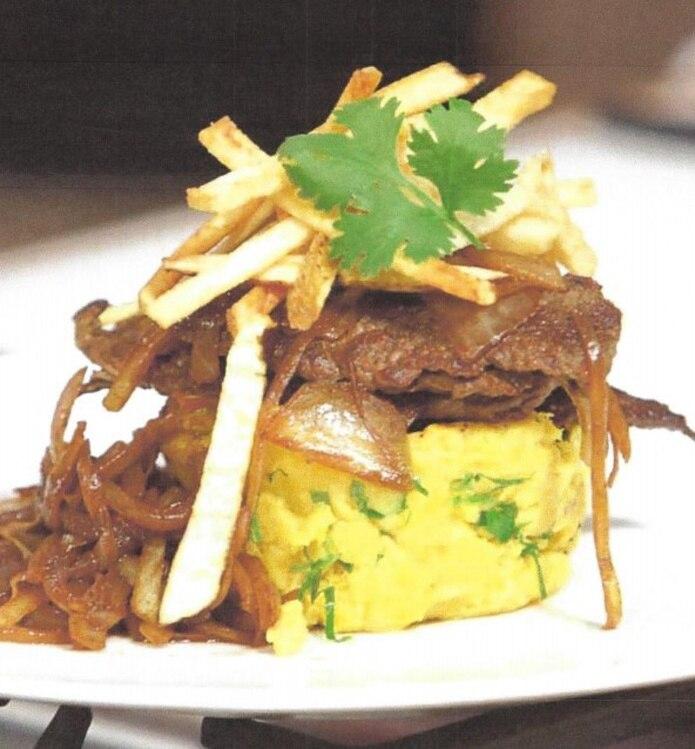 Biftec encebollado con fufú y papitas fritas de alta cocina. Receta chef Piñeiro.