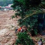 Aumentan a 53 los muertos por inundaciones en Indonesia