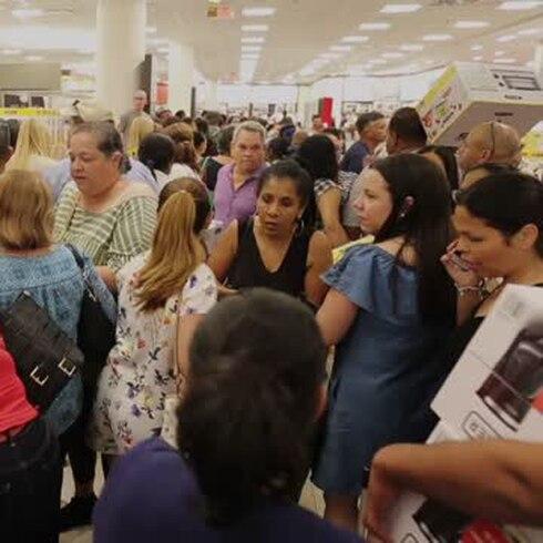 Cientos de boricuas abarrotan Macy's en Thanksgiving