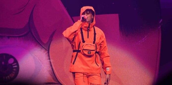 El cierre estuvo a cargo del artista Bad Bunny, quien vistió un llamativo conjunto de color naranja compuesto por un abrigo y un pantalón corto. También lució colgada a su pecho una cartera del mismo color. (Suministrada)