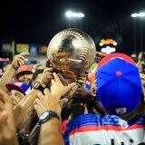 Los Toros del Este con su trofeo de la Serie del Caribe 2020