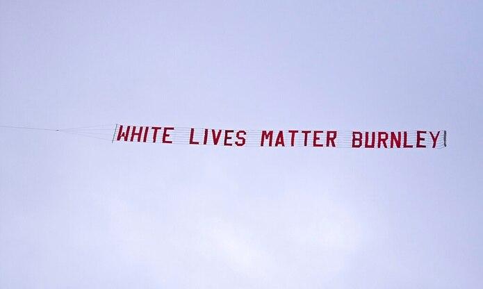 """Una aeronave con una pancarta con la frase """"White Lives Matter Burnley"""" sobrevuela el estadio Etihad de Manchester durante el partido de la Liga Premier entre Manchester City y Burnley. La policía asegura que investigará el incidente y el Burnley condena la pancarta y dice que cooperará en la investigación."""