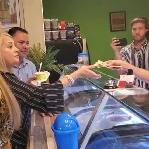 Gobernadora saborea helados lareños