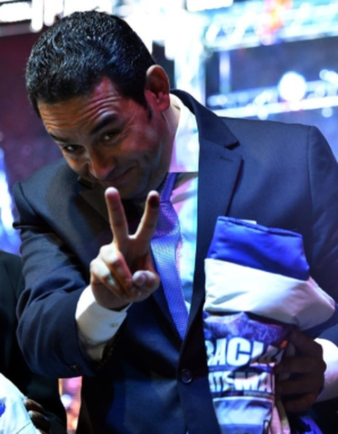 El presidente electo de Guatemala, Jimmy Morales, celebra su victoria. (AFP)