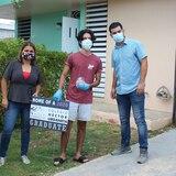 Graduandos de Ceiba reciben caravana en su casa para celebrar sus logros