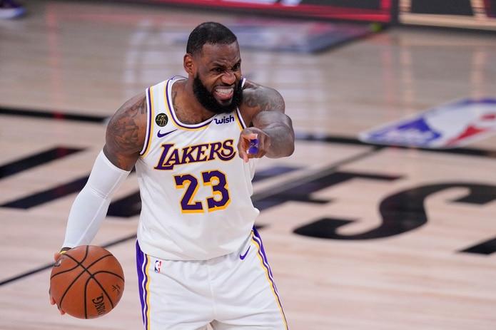 LeBron James maneja el balón durante una jugada en el partido entre los Lakers y  los Rockets.
