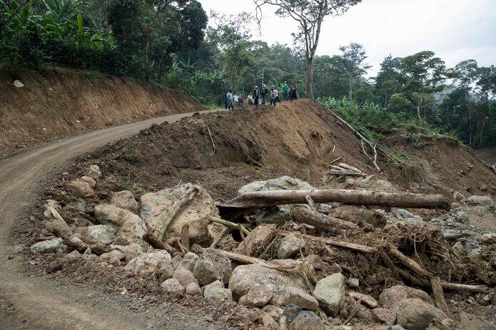 Campesinos trabajan en la reconstrucción de un camino destruido tras el paso del huracán Iota, el 11 de febrero de 2021 en el municipio de Wiwilí, departamento de Jinotega (Nicaragua).