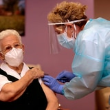 Anciana de 96 años recibe la primera vacuna contra el COVID-19 en España