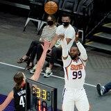 Los Suns de Phoenix encestan 18 triples en la primera mitad y 25 en todo el juego