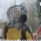 Se incendia estatua de oso colocada por San Valentín en plaza de Caguas