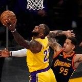 LeBron James rescata a los Lakers de los Warriors para asegurar el séptimo lugar del Oeste