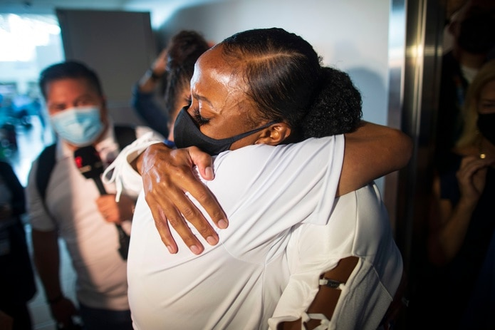 María Camacho, madre de Jasmine Camacho Quinn, se abraza a su hija una vez esta salió del avión.
