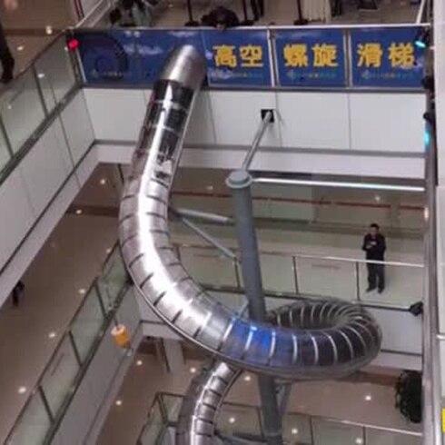 Espectacular chorrera transporta a la gente dentro de un mall en China