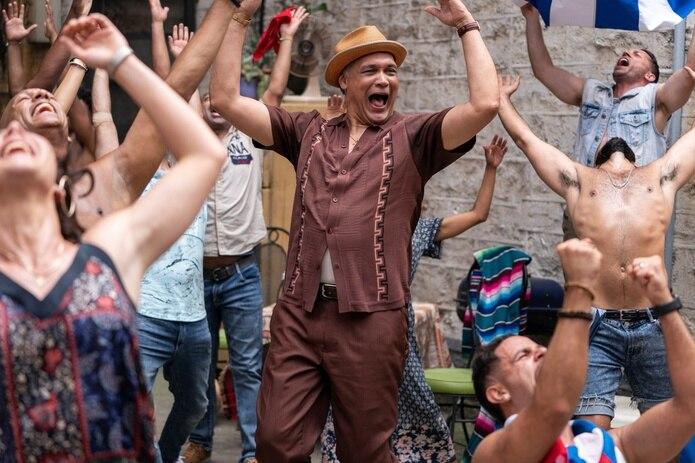 """Fotograma cedido por Warner Bros. donde aparece Jimmy Smits (c) como Kevin Rosario, durante una escena del musical """"In the Heights""""."""