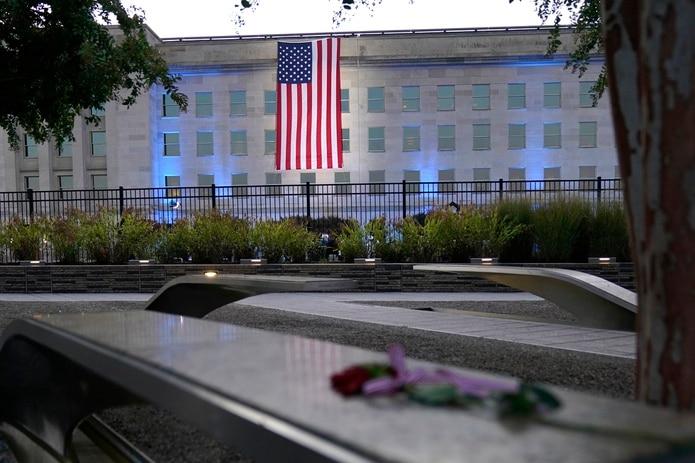 Una bandera de Estados Unidos es desplegada en el Pentágono, en Washington.