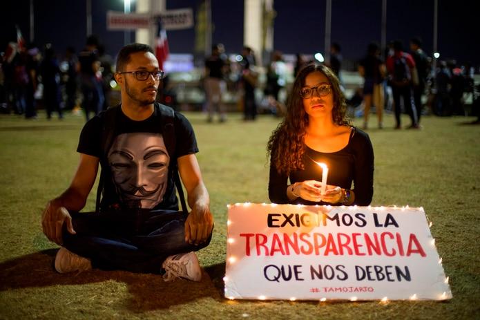 Un par de jóvenes en medio de una de las numerosas protestas en República Dominicana tras la suspensión de la pasada jornada de elecciones municipales, evento electoral que se repite hoy de forma totalmente manual.