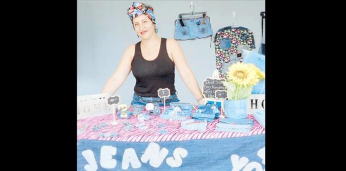 Carteras, collares, pantallas, cojines y otros accesorios forman parte de la variedad de artículos que la maestra confecciona con la tela del mahón. (SUMINISTRADA)
