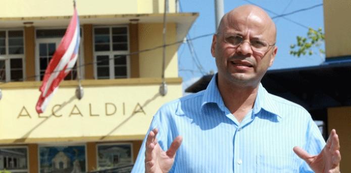 El alcalde de Manatí tuvo que aplicar la reducción de jornada laboral a los empleados municipales. (Archivo)