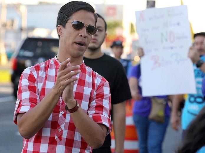 Pedro Julio Serrano, defensor de los derechos humanos, se unió a los manifestantes de la escuela Gabriela Mistral en Puerto Nuevo. (juan.martinez@gfrmedia.com)